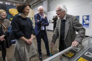 Rouva Jenni Haukio ja Erik Bruun tutustumassa näyttelyyn Kaapelitehtaalla.